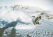 In Laax feilt der Schwyzer Snowboarder Jonas Bösiger derzeit an seinen Sprüngen. (Bild: PD, Daniel Loosli)