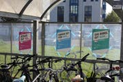 Plakate an einem Veloständer neben dem Bahnhof Emmenbrücke. (Bild: Lucien Rahm (Emmenbrücke, 31. Oktober 2017))