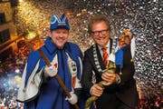 Der Präsident des LFK, Stephan Furrer mit Weibel Thomas Barmettler, Maskenliebhaber-Gesellschaft Luzern (Bild: lfk.ch)