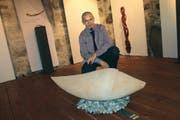 Stefan Bissig zeigt im Planzerhaus in Bürglen Skulpturen, die er aus unterschiedlichen Holzarten geschaffen hat. (Bild Markus Zwyssig)