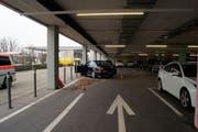 Das Auto prallte im Einkaufszentrum Zugerland in einen Betonpfeiler. (Bild: Zuger Polizei (Steinhausen, 30. November 2017))