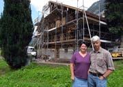 Margrith und Paul Näpflin vor ihrem Haus in Wolfenschiessen Obkapellen. (Bild Urs Rüttimann/Neue NZ)