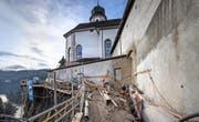 Die Klosteranlage steht unmittelbar am Abgrund des instabilen Felsens, der nun gesichert wird. (Bild: Pius Amrein)