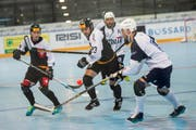 Die Schweizer Streethockey-Nati spielt gegen Italien um den letzten Platz in den Viertelfinals. Im Bild : Kris Roethlisberger (SUI) und Marc Aegerter (SUI) gegen Vito Tomassichio (ITA) und Adriano Fiacconi (ITA). (Bild: Maria Schmid)