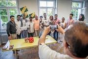 Die ersten Absolventen des obligatorischen Deutschkurses für Asylsuchende erhielten von Lehrer Urs Jans (Fünfter von links) gestern im Durchgangszentrum Sonnenhof in Emmenbrücke das Diplom. (Bild Pius Amrein)
