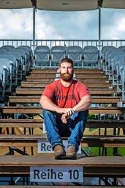 Am Sonntag schaut er nicht zu, sondern steht im Sägemehl: der US-Amerikaner Frank Kaech gestern auf der Tribüne der Arena in Einsiedeln. (Bild Boris Bürgisser)