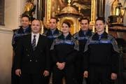 Die neu vereidigten Polizisten Daniel Gnos, Stabschef Gusti Planzer, Xaver Regli, Sybille Haverkamp, Werner Gnos und Silvio Steiner (von links). (Bild: Urs Hanhart / Neue UZ)