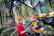 Spaziergang im Sedelwald: Regierungsrat Robert Küng im Gespräch mit Roland Rolli, der die Holzerntemaschine Harvester fährt. (Bild Pius Amrein)