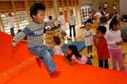 Sport in der Schule: Die Kleinen findens lustig - doch nicht alle Lehrer seien genügend ausgebildet oder motiviert, moniert der Chef des Bundesamtes für Sport. (Bild: Keystone)