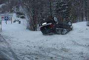 Das Auto nach dem Selbstunfall. Die junge Lenkerin kam ohne Verletzungen davon. (Bild Kantonspolizei Schwyz)