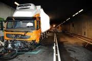 Am Lastwagen entstand erheblicher Sachschaden; das Auto des Unfallopfers ist komplett ausgebrannt. (Bild: Kapo Uri)