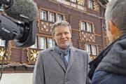 Die Versetzung von Pfarrer Wendelin Bucheli rückt Bürglen in den Fokus der Medien. Gemeindepräsident Markus Frösch im Interview mit dem Schweizer Fernsehen. (Bild: Anian Heierli)