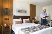 SFV-Teammanager Philipp Ebneter inspiziert ein Hotel in Goiania. (Bild: Keystone)