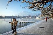 Winterstimmung herrschte an der Seepromenade in Luzern: Gemäss Ökonomen wird die Wirtschaft in Luzern im kommenden Jahr kräftig wachsen, auch eine Zunahme der Touristenzahlen wird prognostiziert. (Bild: Philipp Schmidli / Neue LZ)