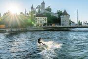 Das Bungeeseil haben die Luzerner Surfer (im Bild Edi Sommer) an der Geissmattbrücke befestigt. (Bilder PD/Marco Schaffner)