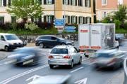 Stockender Verkehr durch die Gemeinde Eschenbach. Das Zentrum soll durch die Talstrasse entlastet werden. (Bild Philipp Schmidli)