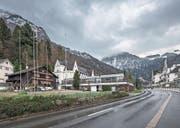Baugespann für das Aparthotel und Personalhaus des Park Hotel Vitznau – direkt neben einem Bauernhaus. Bild: Pius Amrein (16. Dezember 2017 (Bild: ))