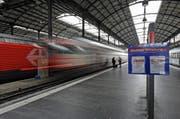 Bei den Reisenden ist Geduld gefragt: Die Züge ab Luzern fahren kommendes Wochenende via Olten nach Zürich. (Symbolbild) (Bild: Archiv / Neue LZ)