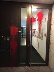 Die mit roter Farbe beschmierte Eingangstür am Fluhmattweg 13 in Luzern am Donnerstagabend. (Bild: Leserbild (9. November 2017, Luzern))