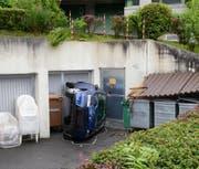 Das Auto stürzte über die Stützmauer auf den Vorplatz. (Bild: Luzerner Polizei)