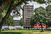 Hier, in diesem Büro-Hochhaus beim Verkehrshaus Luzern, soll eine Jugendherberge entstehen. (Bild Boris Bürgisser)