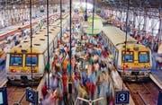 Viele indische Züge sind veraltet und häufig hoffnungslos überfüllt. (Bild: Tuul & Bruno Morandi/Getty (Mumbai, 31. Januar 2015))