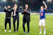 Der FCL hat Grund zum Jubeln (von rechts): Captain Claudio Lustenberger, Trainer Markus Babbel, Stürmer Michael Frey (gegen Sion gesperrt) und Physiotherapeut Eric Schönfeld. (Bild: EQ/Marc Schumacher)