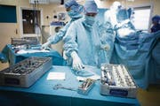 Blick in den Operationssaal während einer Hüftgelenk-Implantation. Der Eingriff kostet im Schnitt rund 8000 Franken. (Bild: Getty)