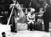 Herbert von Karajan versucht sich 1954 in Luzern am Alphorn. (Bild: PD)