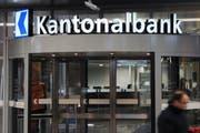 Der Eingang zur Luzerner Kantonalbank beim Hauptsitz in Luzern. (Bild Boris Bürgisser/Neue LZ)