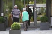 Ein Senioren-Pärchen macht sich auf den Weg ins Alterszentrum Acherhof in Schwyz. (Bild Charly Keiser)