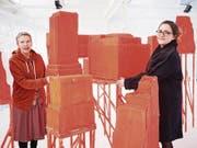 Künstlerin Anna Margrit Annen (links) zusammen mit der Kuratorin Sandra Oehy. (Bild: Jakob Ineichen (Zug, 8. März 2018))