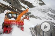 Die Schneeräumung auf dem Susten läuft auf Hochtouren. (Bild: Keystone / Urs Flüeler)
