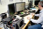 IT-Forensiker Daniel Sémon wertet Daten aus. (Bilder Nadia Schärli)