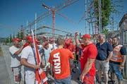 Gemäss der Gewerkschaft sollen mindestens 10 Arbeiter auf der Baustelle am Hofstetterfeld in Sursee massiv unterbezahlt worden sein. Aus Protest dagegen legten die Bauarbeiter gestern die Arbeit nieder. (Bild: Pius Amrein / Neue LZ)