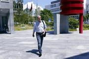 Der angeklagte Ivo Romer gestern auf dem Weg zum Zuger Strafgericht. (Bild: Werner Schelbert / Neue ZZ)