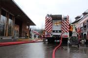 Die Freiwillige Feuerwehr der Stadt Zug bei ihrem Einsatz in Oberwil. (Bild: FFZ)