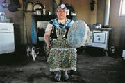 "In this Jan. 8, 2018 photo, Kallfurayen Llanquileo, a Mapuche healer and religious leader known as a ""Machi,"" poses for a photo with her shaman drum at her home in the Mapuche community Enoco in Temuco, Chile. Leaders of both the Mapuches and the Chilean government have said in recent weeks they hope Pope Francis can ""facilitate dialogue"" on disputes dating to the late 19th century. (AP Photo/Esteban Felix) (Bild: Esteban Felix/Keystone (Temuco, 8. Januar 2018))"
