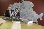 Rolf und Irene Hunkeler im Firmenarchiv in Ebikon. (Bild: Nadia Schärli (Ebikon, 5. Dezember 2017))