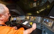 Zugführer Ruperto Arcangelo fährt mit 157 km/h durch den Gotthard-Basistunnel zwischen Biasca und Faido. (Bild: Keystone)