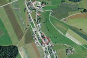 Der Unfall ereignete sich mitten im Dorf Fischbach. (Bild: map.search.ch)