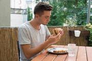 Entdeckt kulinarisches Neuland: der Autor bei der Degustation des Insektenburgers. (Bild: Vasco Estermann (Luzern, 27. August 2017))