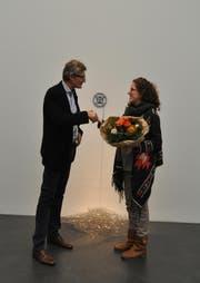 Anna-Sabina Zürrer erhält den Ausstellungspreis der Kunstgesellschaft Luzern, übergeben von Marco Meier, Vorstand Kunstgesellschaft Luzern. (Bild: pd)