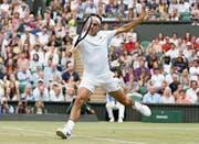 Roger Federer spielt sich stilsicher in den Achtelfinal, wo er am Montag auf den Bulgaren Grigor Dimitrow trifft. (Bild: Tim Ireland/AP (London, 8. Juli 2017))