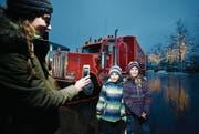 Sandra Schneider macht ein Foto von Nelio und Lelanie vor der Hauptattraktion, dem Coca-Cola-Truck. (Bild: Stefan Kaiser (22. Dezember 2017))