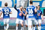 Die Luzerner mit Marco Schneuwly, Mitte, feiern das 2:0 beim Fussball Meisterschaftsspiel zwischen dem FC Luzern und dem FC Thun vom Sonntag 21. August 2016 in Luzern. (Bild: KEYSTONE/Urs Flueeler)
