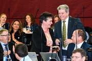 Vroni Thalmann-Bieri (SVP) nimmt als Vize-Kantonsratspräsidentin die Glückwünsche von SVP-Fraktionschef Guido Müller (rechts) entgegen. (Bild: pd)