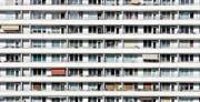 In grossen Wohnsiedlungen konzentrieren sich die Menschen darauf, ihr eigenes Nest zu bauen. Die soziale Distanz ist im Vergleich zu Einfamilienhaussiedlungen sehr gross. Hier ein Hochhaus in Berlin. (Bild: AFP)