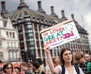 Demonstranten, die gegen den Brexit-Entscheid sind, verabschiedeten gestern in London Grossbritannien auf symbolische Weise. (Bild: Getty/Matt Cardy)