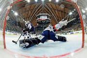 Der HC Davos verkauft sein Eishockey-Spektakel «Spengler-Cup» (hier Luganos Linus Klasen gestern mit dem 5:3 gegen Mannheim) mit viel Cleverness. (Bild: Freshfocus/Urs Lindt)